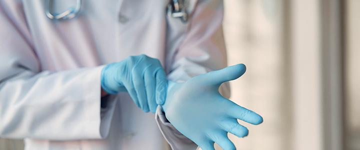 Médecin enfilant ses gants